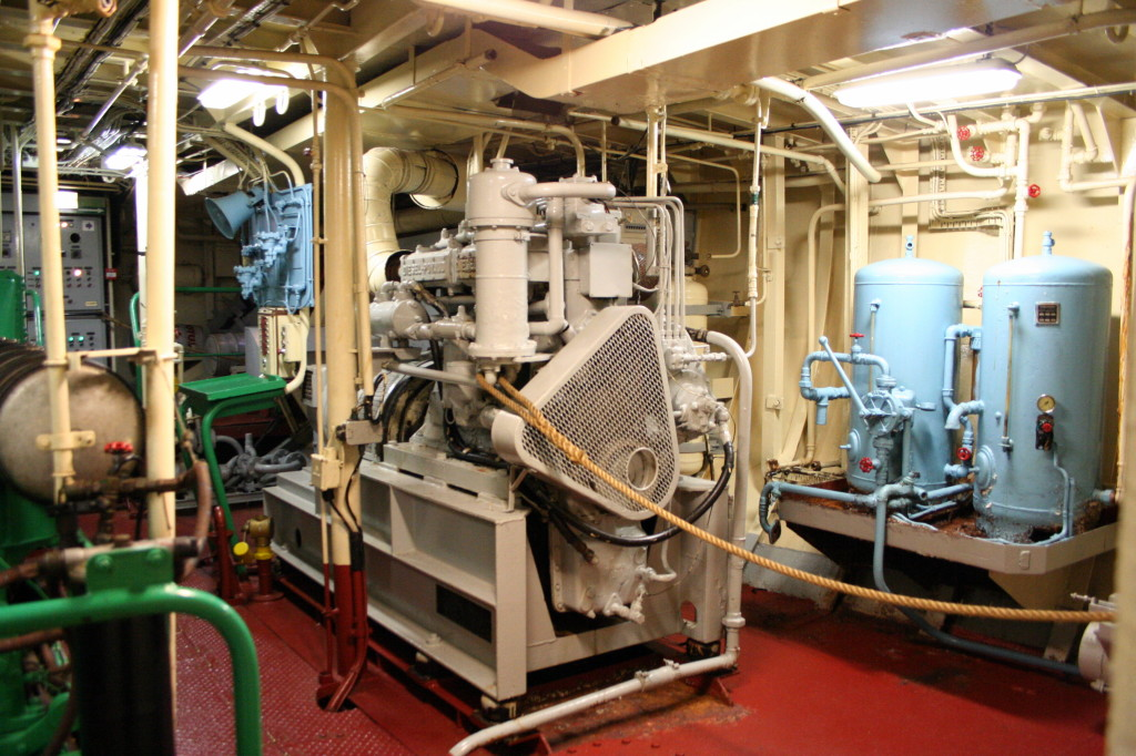 Angoumois_-_Engine_room_2_-_Auxiliary_engine